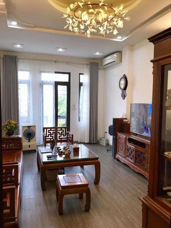 Phòng khách sang trọng với nội thất gỗ.