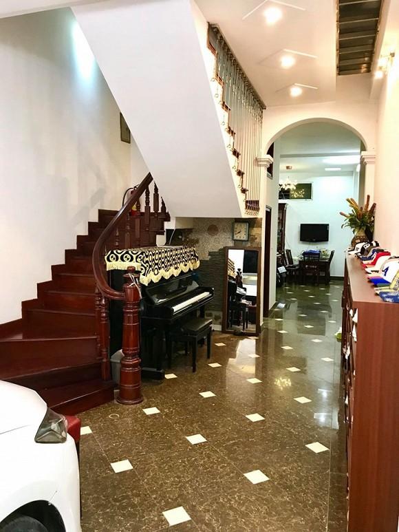 Một chiếc đàn piano đặt ngay dưới chân cầu thang thỏa mãn niềm đam mê âm nhạc của nam diễn viên.