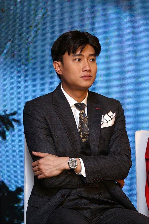 Nam diễn viên sẽ kết hợp áo vest với quần âu và cà vạt để tạo được phong cách lịch lãm, chỉn chu.