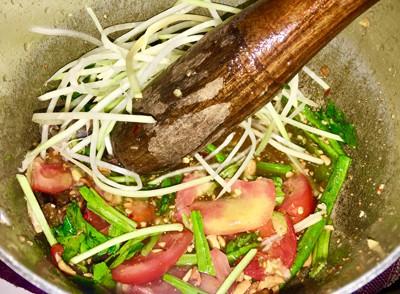 Bước 2: Cho đậu đũa, ớt, cà chua vào thố hoặc nồi, dùng chày đập. Cho vào thố 2 muỗng đường, 2 muỗng nước mắm, 3 muỗng cốt chanh, thêm lạc vào vừa dầm vừa trộn.