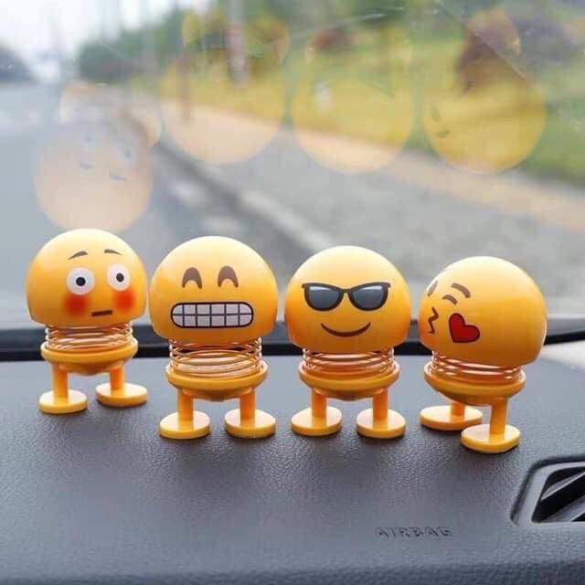 Đồ chơi Emoji đang gây bão từ người già đến người trẻ, từ người điều khiển xe máy đến ô tô.