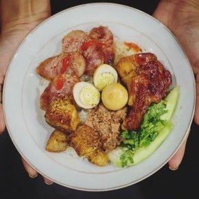 """Xôi lạp xưởng ăn cùng cánh gà chiên mắm, thịt kho trứng cút và pate từ """"bếp bà Phương""""."""
