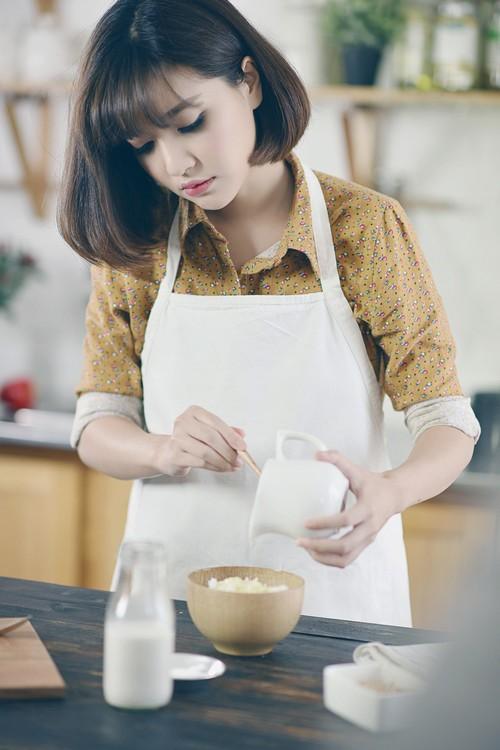 Bích Phương đẹp dịu dàng trong... bếp