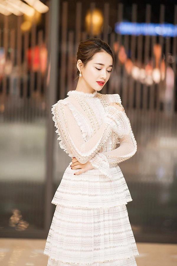 Nhã Phương từ trước tới nay luôn nổi tiếng có phong cách thời trang trang nhã, dịu dàng với cơ thể mảnh mai