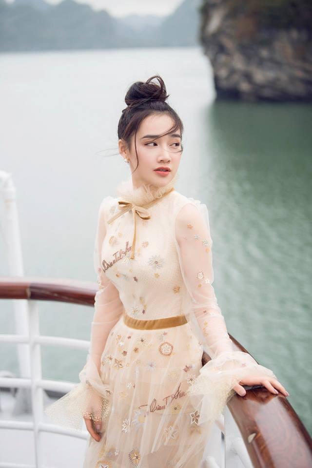 Nữ diễn viên luôn xuất hiện với những bộ đầm kín đáo tôn lên vẻ yêu kiều, dịu dàng của mình.