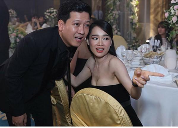 Tuy nhiên, thời gian gần đây sau tin đồn sinh con cho Trường Giang, Nhã Phương xuất hiện với phong cách hoàn toàn khác trước. Cô trở thành cái tên mới trong những mỹ nhân chăm chỉ khoe vòng 1, vai trần, eo thon gợi cảm của showbiz Việt.