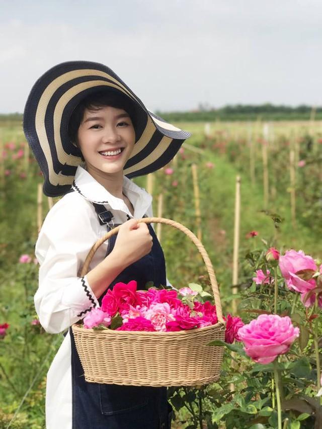 Khởi đầu một cái gì đó không phải là điều đơn giản và vườn hồng này cũng thế. Hai người đã đi rất nhiều nơi và tìm kiếm rất nhiều để tìm mua được những loại hoa hồng ngoại bởi lượng tinh dầu mà nó mang lại rất lớn.
