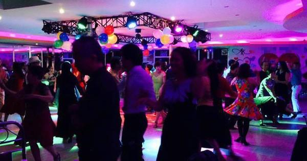 Ngày nay, sàn nhảy là nơi thu hút nhiều người vào những buổi tối cuối tuần. Ảnh D.B