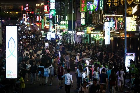 Là một trong những trung tâm vui chơi, giải trí dành cho người Việt lẫn du khách nước ngoài, phố Bùi Viện thường đông đúc mỗi dịp cuối tuần, và đây cũng là nơi tập trung các thú tiêu khiển đang được ưa chuộng trong giới trẻ.