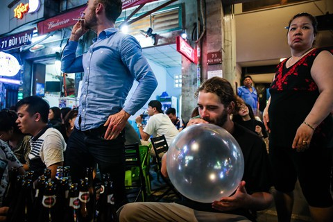 Không chỉ có bạn trẻ người Việt, du khách nước ngoài cũng thử loại khí này.