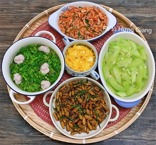 Chị Giang giảm bớt chất đạm và tăng cường rau xanh cho bữa cơm mùa hè.