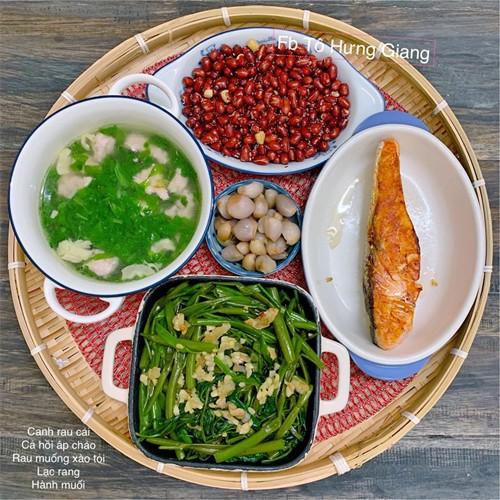 Bà mẹ Hà Nội tâm sự, các thành viên trong gia đình chị không khó tính trong việc ăn uống nhưng sẽ ngon miệng hơn nếu món ăn được bày biện đẹp mắt.