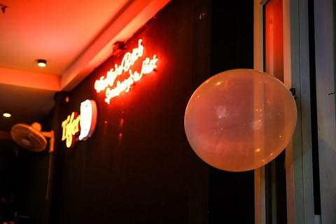 Tuy nhiên, tại TP.HCM, đặc biệt là phố Bùi Viện, bóng cười đang được mua bán tràn lan, thậm chí được treo lên quảng cáo trước cửa hàng, quán bar.