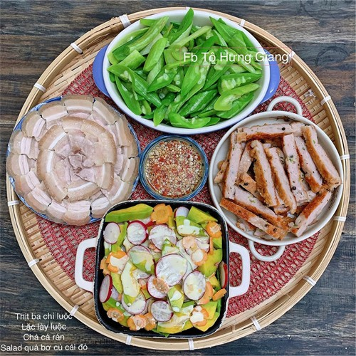 Mỗi mâm cơm gồm 2-3 món mặn và một món canh hoặc rau là khẩu phần chị Tô Hưng Giang nấu cho 4 người: hai vợ chồng và hai bé 10 tuổi và 7 tuổi.