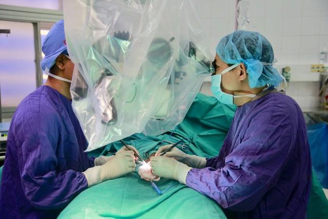 Các bác sĩ tiến hành cấp cứu cho bệnh nhân H. Ảnh: BVCC