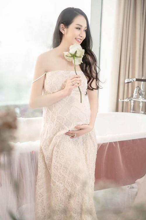 Bà xã của Tuấn Hưng - hot girl Hương Baby - đang mang thai lần thứ ba. Cô dự kiến sinh em bé vào đầu tháng 8 tới. Ốm nghén, mệt mỏi, không ăn uống được nhiều suốt bốn tháng đầu thai kỳ nhưng Hương Baby vẫn giữ được vẻ trẻ trung, xinh đẹp.