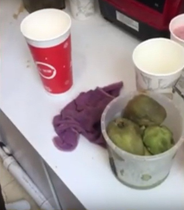 Những quả xoài đã hỏng vẫn được dùng làm đồ uống trái cây cho khách.