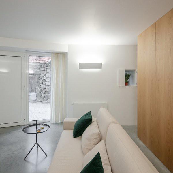 Theo ý tưởng của chủ nhà, ô cửa kính trong giúp hài hòa giữa vẻ bên ngoài và nội thất bên trong.