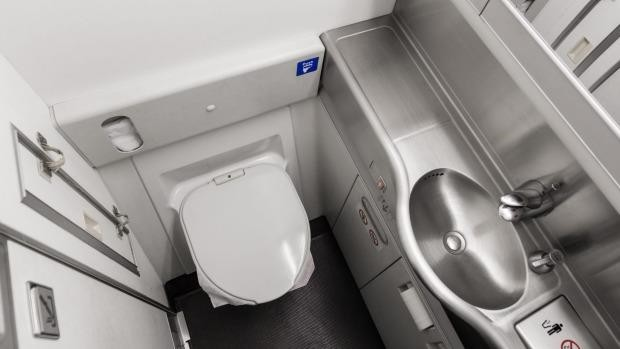 Một đề xuất cho bạn đó là dùng khăn giấy phủ lấy tay cầm khi mở cửa và sử dụng thêm nước rửa tay khô sau khi đi vệ sinh. Ngoài ra, hãy tranh thủ đi vệ sinh trước khi đặt chân lên máy bay để không phải bước vào căn phòng đầy vi khuẩn này. Ảnh: Traveller.