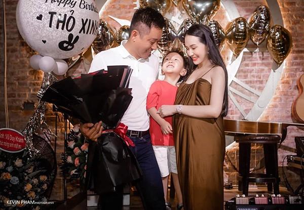 Trong thời gian mang thai, Hương Baby vẫn đảm bảo công việc kinh doanh, chăm hai bé lớn. Cô ăn uống theo chế độ riêng để vừa giữ sức khỏe vừa không ảnh hưởng sắc vóc.