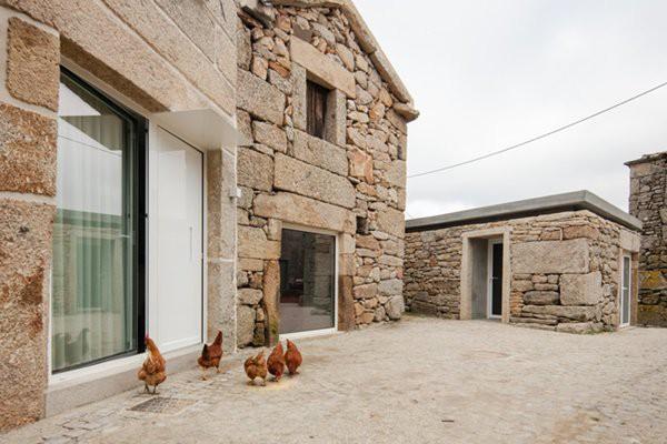 Nhìn bề ngoài, căn nhà khá thô sơ với những bức tường xếp đá.
