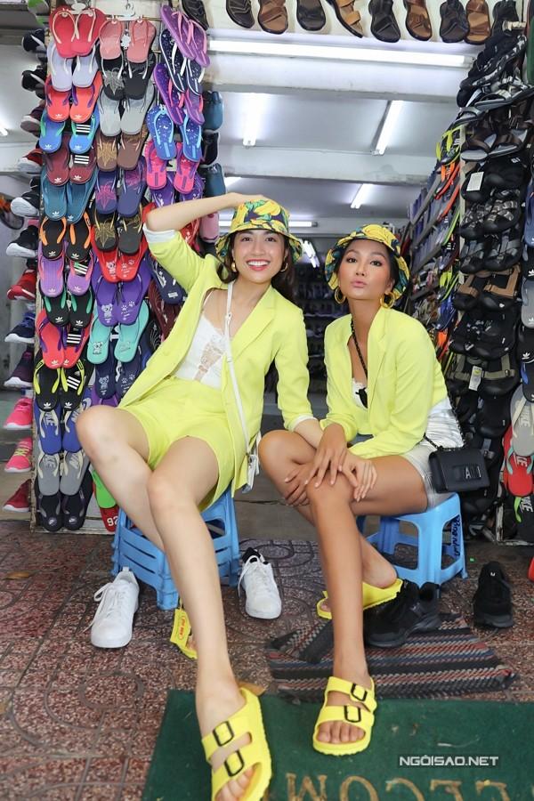 Trong buổi đi chơi, họ cùng mua nón, giày ton-sur-ton và không ngại trả giá với chủ tiệm.