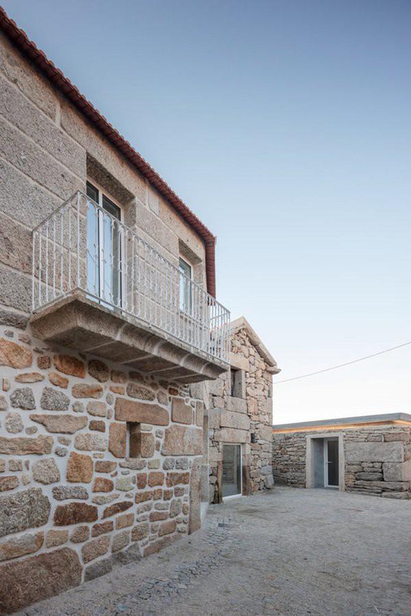 Đất và đá sẽ giúp bên trong ngôi nhà được mát mẻ vào ban ngày…