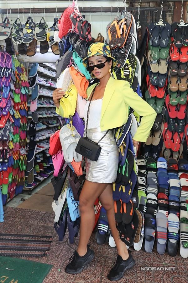 HHen Niê vốn nổi tiếng với lối sống giản dị, thường mua đồ ở chợ để sử dụng thay vì hàng hiệu như nhiều người đẹp khác.