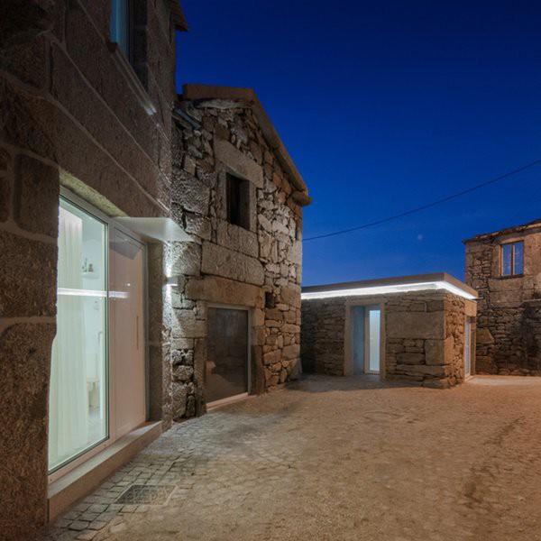 Ngôi nhà gồm phần nhà chính, gara ô tô và nhà kho tách biệt nhau