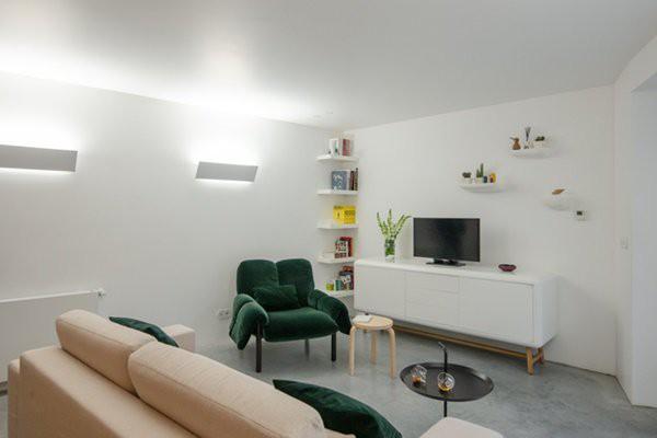 Bước vào căn nhà, người xem sẽ thấy sự thay đổi cực kỳ khác biệt giữa vẻ bên ngoài và thiết kế bên trong