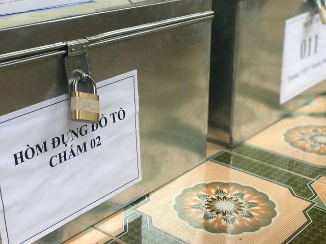 Các vật dụng của người chấm thi được cho vào hòm đựng ở bên ngoài.