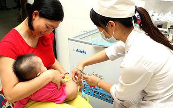 Sự kết hợp giữa theo dõi của người mẹ và sự bình tĩnh, kiến thức chuyên môn vững của nhân viên y tế giúp xử trí thành công sốc phản vệ sau tiêm ở trẻ. Ảnh minh họa