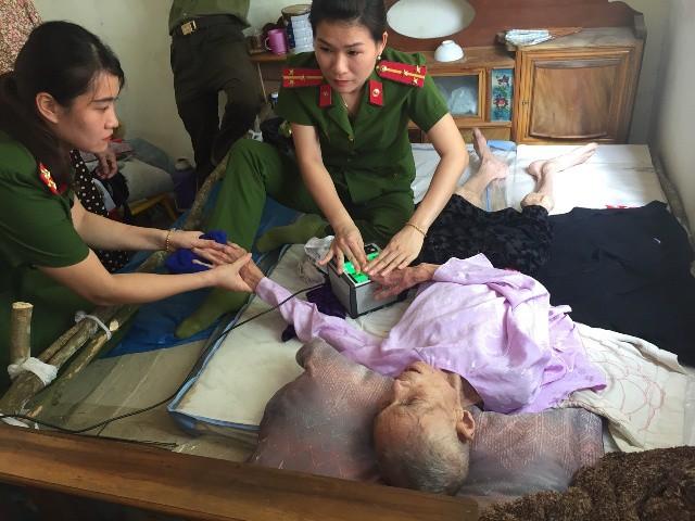 Thanh Hóa: Công an huyện tới tận bệnh viện làm thẻ căn cước công dân - Ảnh 2.