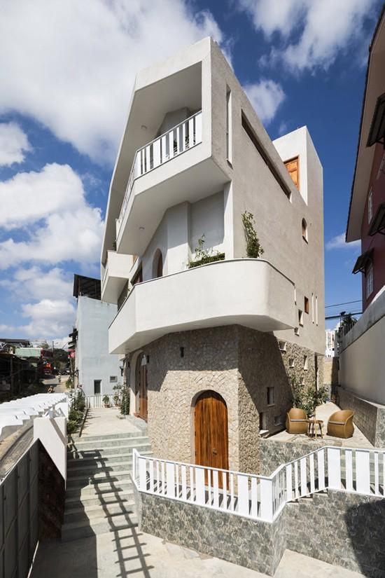 Khu đất xây nhà rộng 150 m2, có 6 cạnh và không có góc nào 90 độ. Chừa ra khoảng 1/3 diện tích làm sân bao quanh nhà, ngôi nhà có tổng diện tích sàn 310 m2, với các phòng chức năng vuông vắn bên cạnh tam giác.