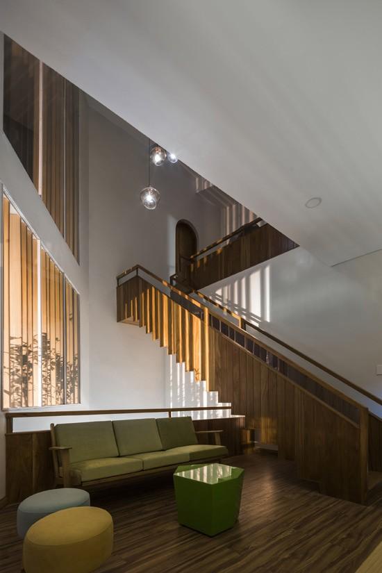 Không gian trung tâm của ngôi nhà là khoảng thông tầng với ý đồ tạo ra sự gắn kết giữa các phòng chức năng, giữa các thế hệ...