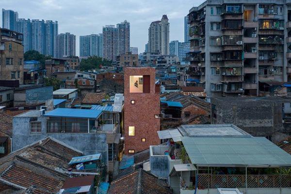Ngôi nhà nằm trên diện tích đất khá nhỏ, tổng diện tích của cả ngôi là 94 m2, tại một khu phố cổ chật hẹp của tỉnh Quảng Đông (Trung Quốc)