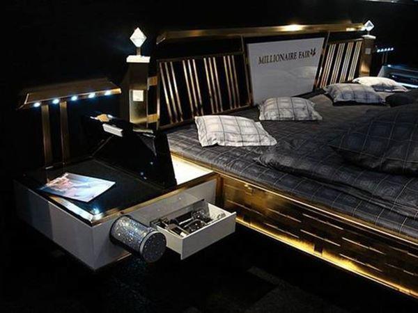 Với cách thiết kế sang chảnh, chiếc giường có giá không hề rẻ 676.550 USD (~15,7 tỷ đồng). Giường được dát  vàng 24 carat và được đính thêm pha lê Swarovski đẹp mắt.