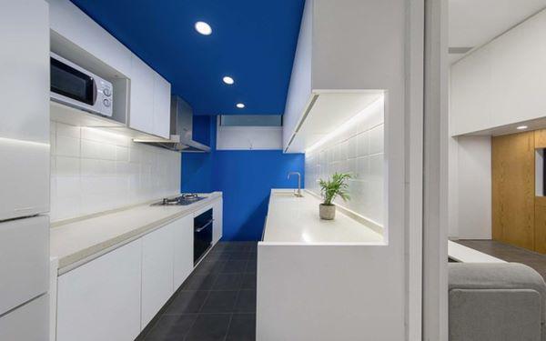 Không gian bếp hẹp nhưng vô cùng hiện đại và tiện nghi