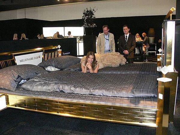 Nệm sử dụng cho giường đặc biệt này là nệm nước đưa đến sự thoải mái nhất cho người nằm.