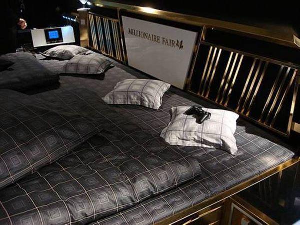 Các thành xung quanh của giường đều được phủ vàng 24 carat sang chảnh, lấp lánh.