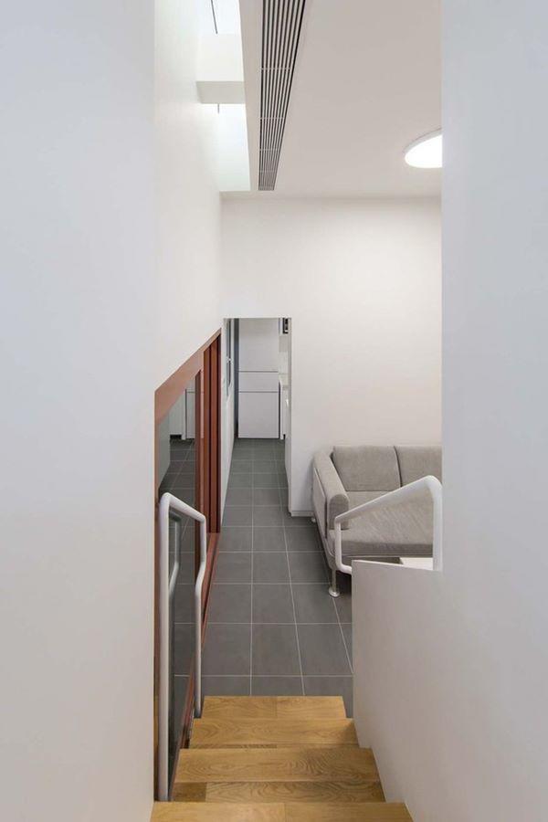 Cầu tháng đi lại giữa các tầng khá nhỏ hẹp, được bao phủ toàn bộ bằng màu trắng trang nhã.