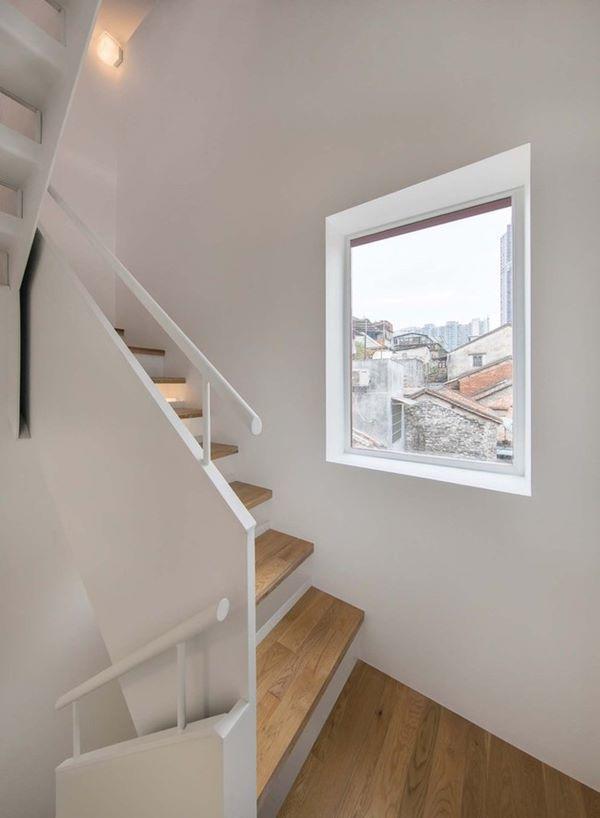 Giữa các lối đi luôn có ô cửa kính trắng để mang lại tối đa ánh sáng tự nhiên cho ngôi nhà