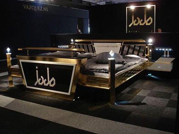 Để dát vàng, người ta đã dùng công nghệ cao đưa đến cho giường vẻ đẹp riêng và thu hút những người thích đồ sang trọng.