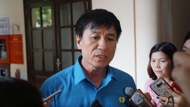 Ông Lê Đình Quảng trao đổi với phóng viên báo chí.