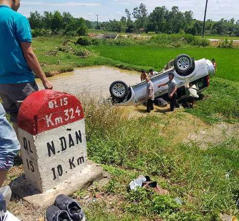 Nghệ An: Xe 7 chỗ mất lái lao xuống hố, 1 người tử vong tại chỗ - Ảnh 1.