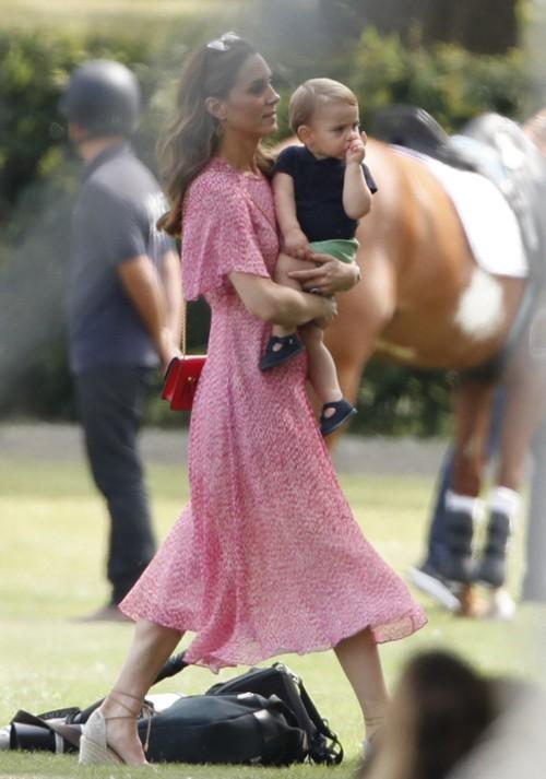 Kate bế Louis khi đi xem trận đấu polo chiều 10/7. Ảnh: Max Mumby.