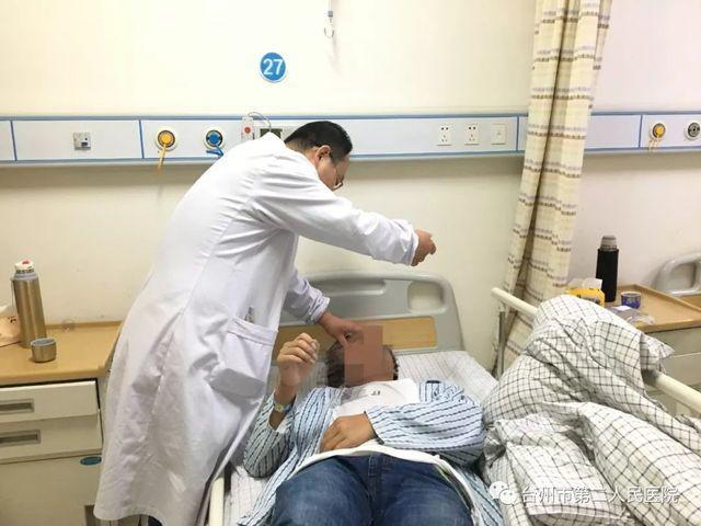 Bác sĩ Trần Văn Bân đang điều trị cho một bệnh nhân cũng bị viêm não tự miễn.