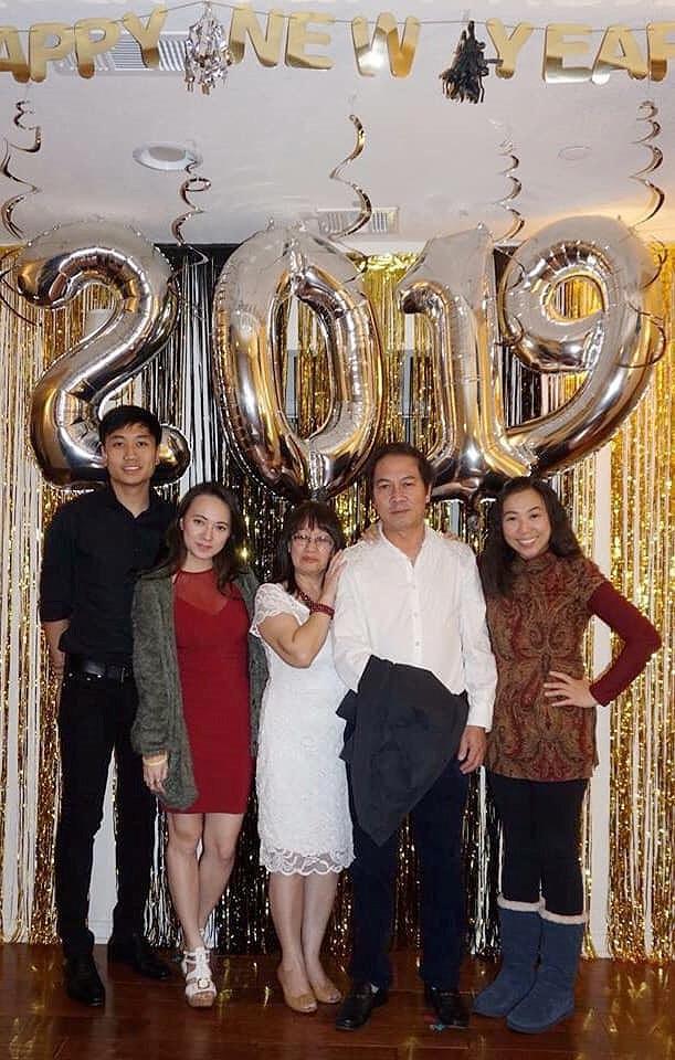 Bạn trai Việt kiều chụp ảnh cùng gia đình Xuân Nghi trong dịp đầu năm 2019.