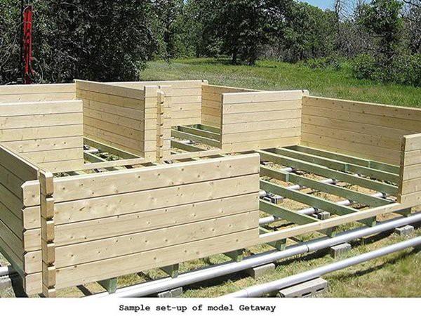 Bộ lắp ghép nhà có ván lát sàn nhưng không có vật liệu làm nền móng để ngôi nhà được an toàn và đứng vững.