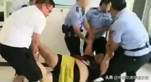 6 sĩ quan cảnh sát đã phải rất khó khăn để đưa cô nàng 150 kg này đến đồn cảnh sát